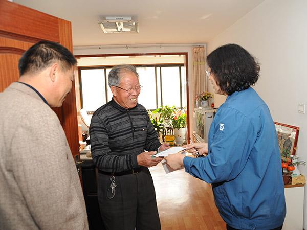 重阳节期间公司领导拜访退休老领导、技术人员